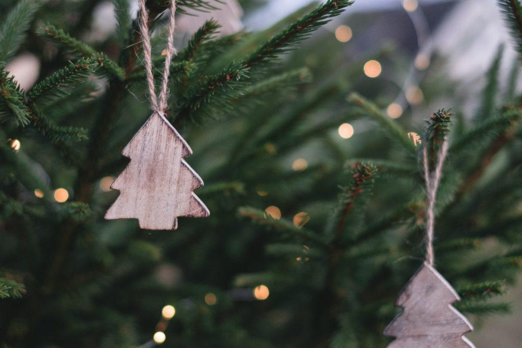 Joulukuusi ja koristeita